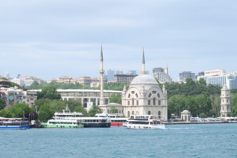 Мечеть Dolmabahce в Стамбуле как увидено от парома Bosphorus, в Турции стоковые фото