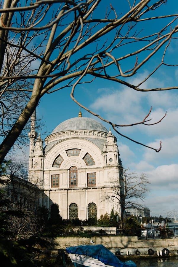 Мечеть Dolmabahce в Стамбуле, Турции Оно было поручено султаном Bezmi Alem Valide вдовствующей королевы стоковая фотография