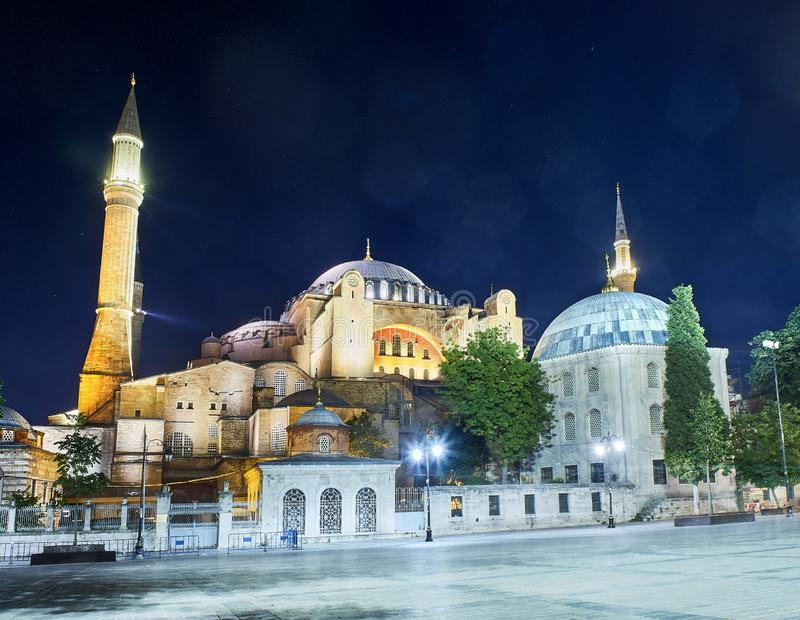 Мечеть Hagia Sophia на ноче с пирофакелы в небе Стамбул, Турция стоковые изображения rf