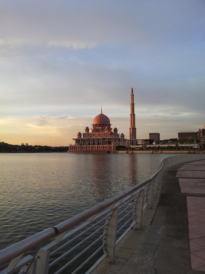 Мечеть Putra в заходе солнца стоковое изображение