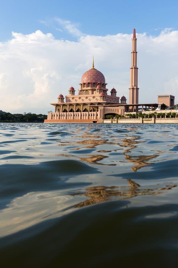 Мечеть Putra в полдень известная мечеть Путраджайя, Малайзии стоковое изображение rf