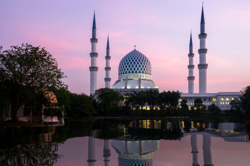 Мечеть Salahuddin Abdul Aziz Shah также известная как голубая мечеть, Малайзия во время восхода солнца расположенного на Shah Ala стоковая фотография