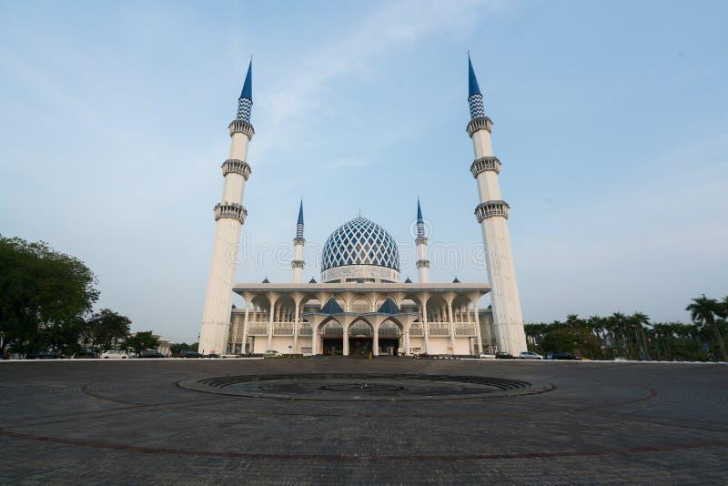 Мечеть Salahuddin Abdul Aziz Shah также известная как голубая мечеть, Малайзия во время восхода солнца расположенного на Shah Ala стоковые фото