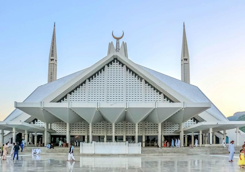 Мечеть Shah Faisal masjid в Исламабаде, Пакистане Размещенный на предгорьях холмов Margalla Самый большой дизайн мечети  стоковое фото