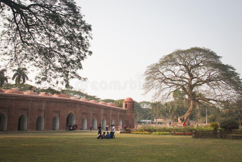 Мечеть Shait Gumbad в Bagerhat, Бангладеше стоковые фотографии rf