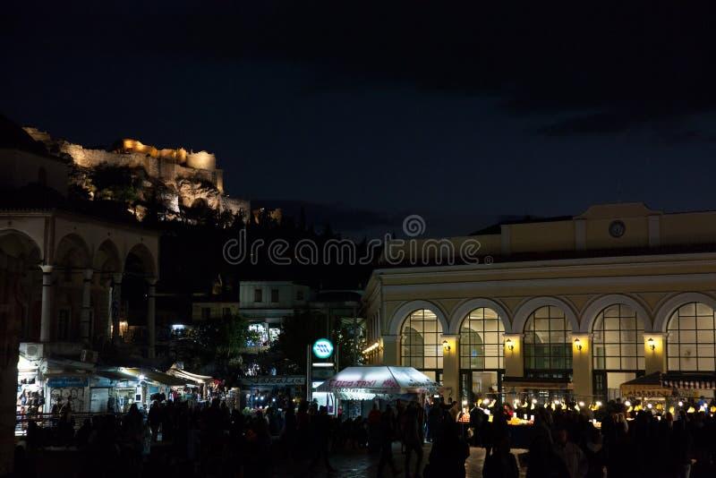 Мечеть Tsidarakis во время вечера, на квадрате Monastiraki, в центре города Афин, с иконическим акрополем на заднем плане стоковая фотография