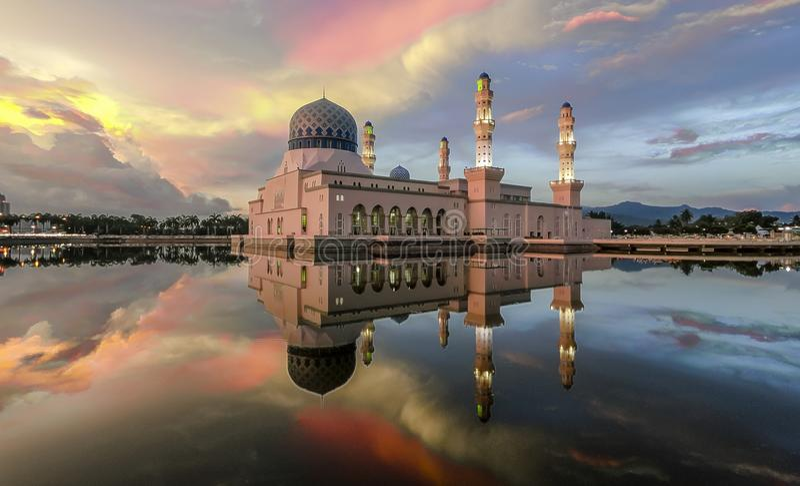 Мечтательная плавая мечеть стоковое изображение