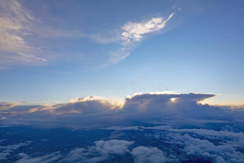 Мечтательное воздушное летание ландшафта облака стоковые изображения