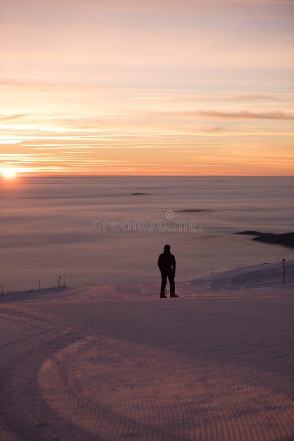 мечтательное небо Изумительный заход солнца, идет снег совсем вокруг, красота лыжного курорта стоковые фото