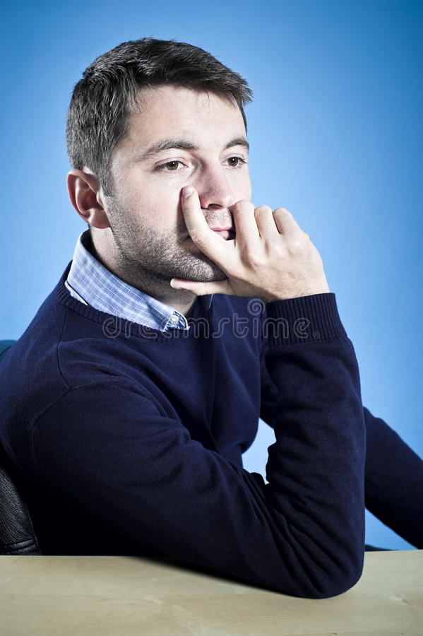 Мечтательный ждать молодого человека стоковые фото