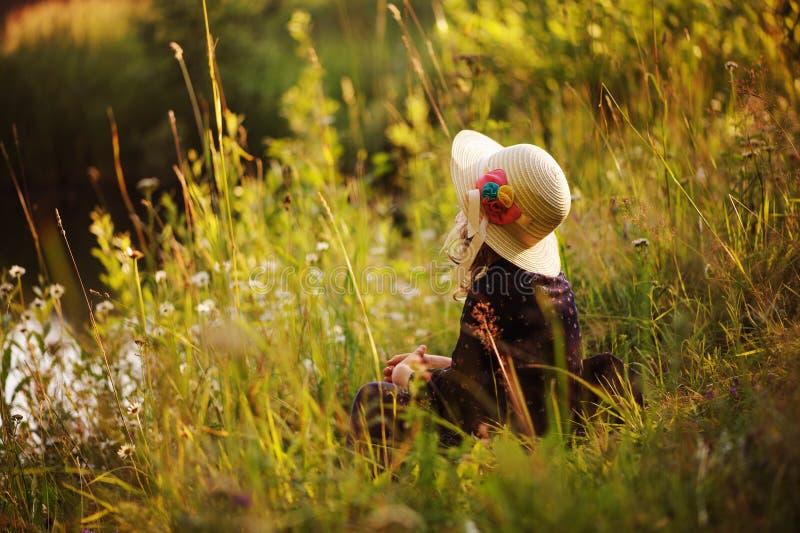 Мечтательная девушка ребенка на прогулке лета на береге реки Уютная сельская сцена деятельности напольные стоковые изображения rf