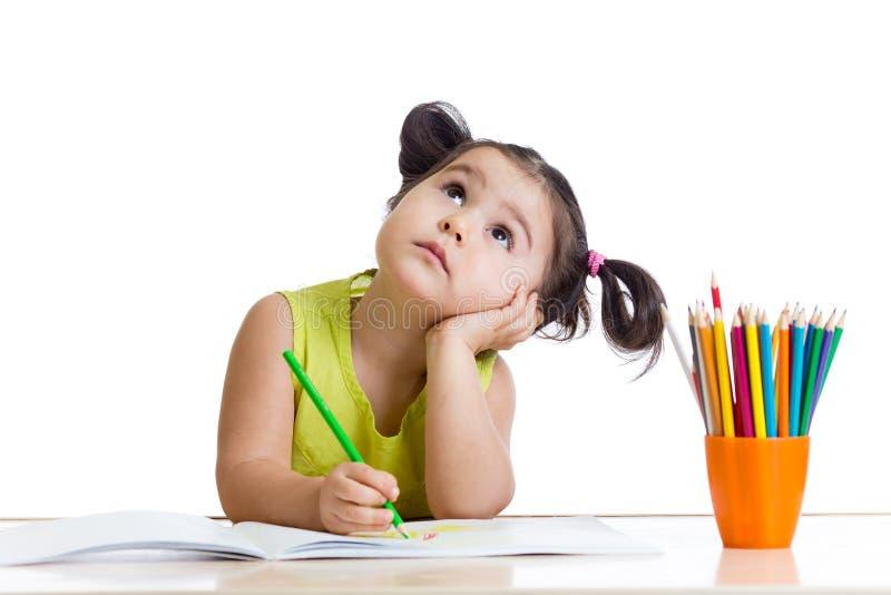 Мечтательная девушка ребенка с карандашами стоковое изображение rf