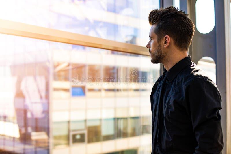 Мечтать главный исполнительный директор стоя внутри помещения компания стоковые фотографии rf