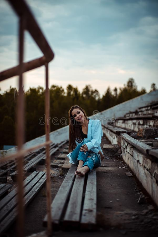 Мечтать женщины сидя и ослаблять Заход солнца Лето напольно стоковые фотографии rf