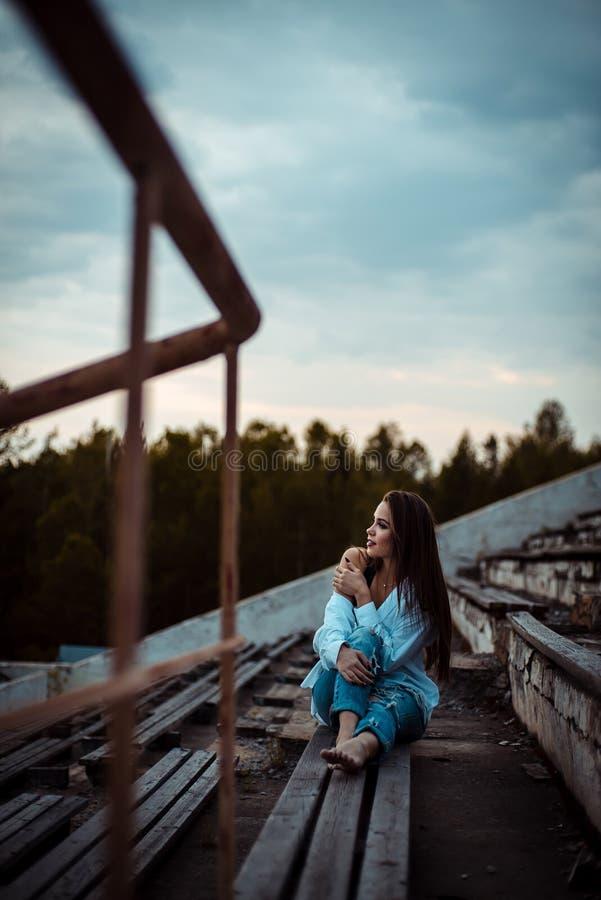 Мечтать женщины сидя и ослаблять Заход солнца Лето напольно стоковые изображения