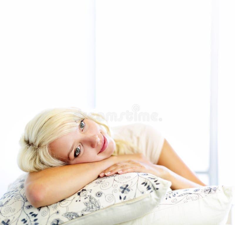 Мечтать молодой женщины стоковое изображение
