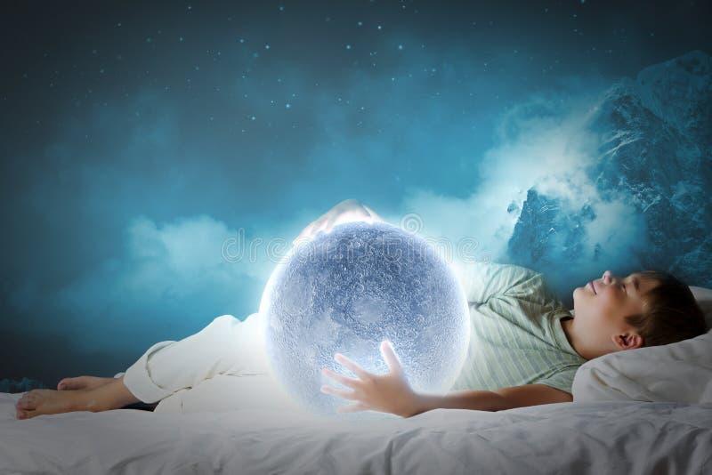 Download Мечтать ночи стоковое изображение. изображение насчитывающей bedaub - 41650079