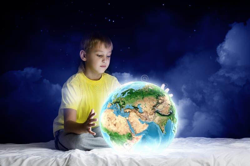Download Мечтать ночи стоковое изображение. изображение насчитывающей прикрынные - 41650451