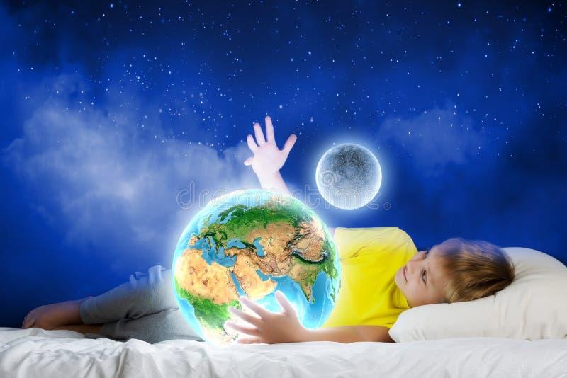 Download Мечтать ночи стоковое фото. изображение насчитывающей счастье - 41651958