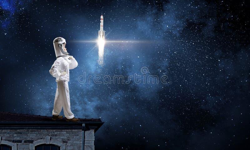 Download Мечтать для того чтобы исследовать космос Мультимедиа Стоковое Изображение - изображение насчитывающей космонавт, зрение: 81808359