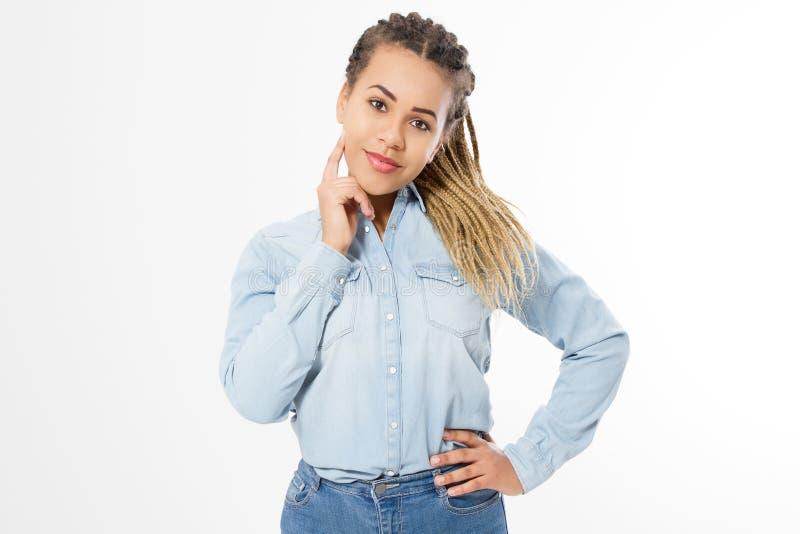 Мечтая и думая Афро-американская девушка в одеждах моды изолированных на белой предпосылке Хипстер женщины с афро прической стоковая фотография rf