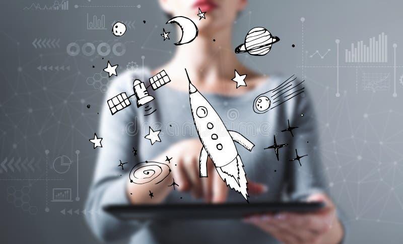 Мечта космоса и ракеты с женщиной используя планшет стоковые фото