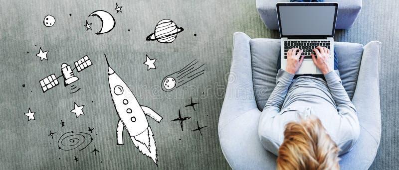 Мечта космоса и ракеты с человеком используя ноутбук стоковая фотография