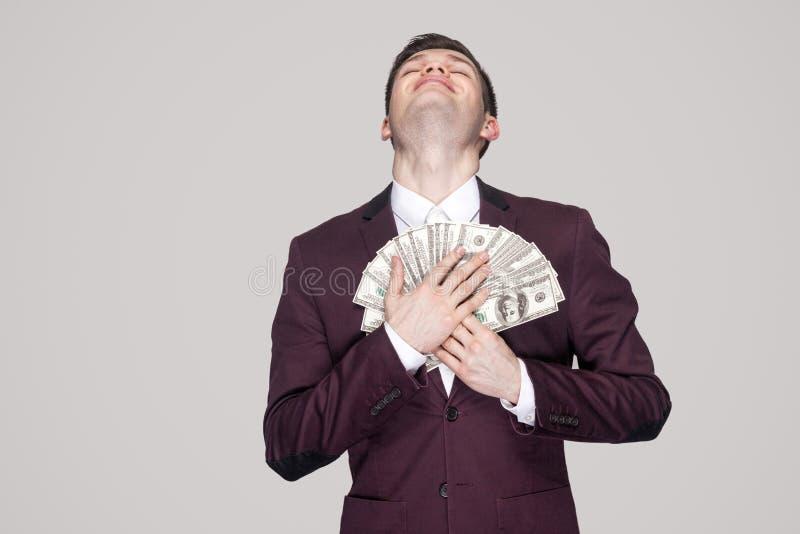 Мечта приходит верно! удовлетворенный молодой бизнесмен в классическом фиолете c стоковое фото