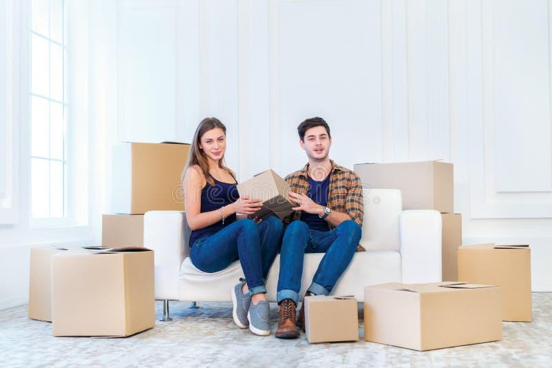 Мечта приходит верно, двигающ Любящая пара наслаждается новой квартирой стоковое изображение rf