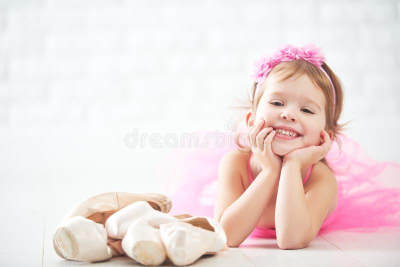 Мечты девушки маленького ребенка становить балерины с ботинком балета стоковые изображения