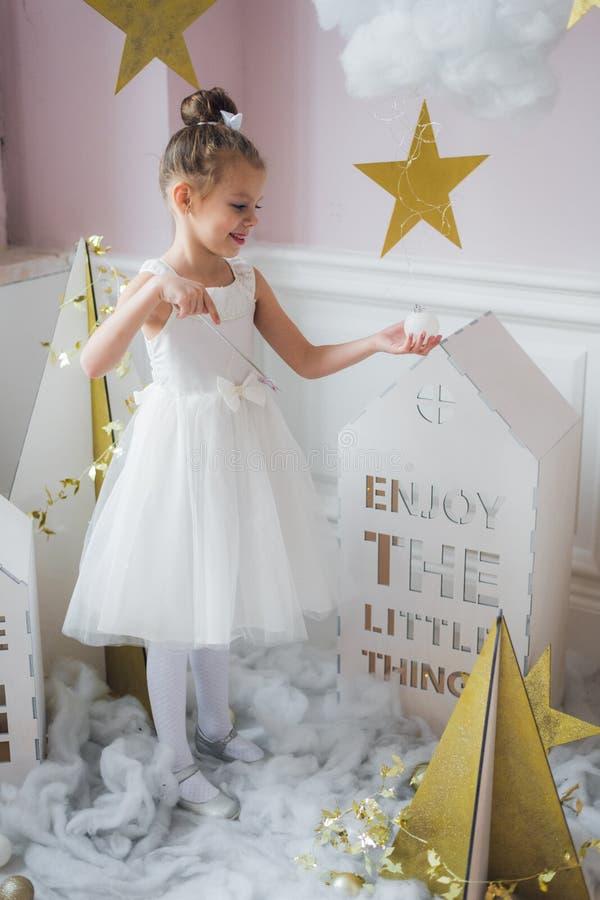Мечты о быть принцессой приходят верно маленькая девочка в fairy украшении стоковая фотография