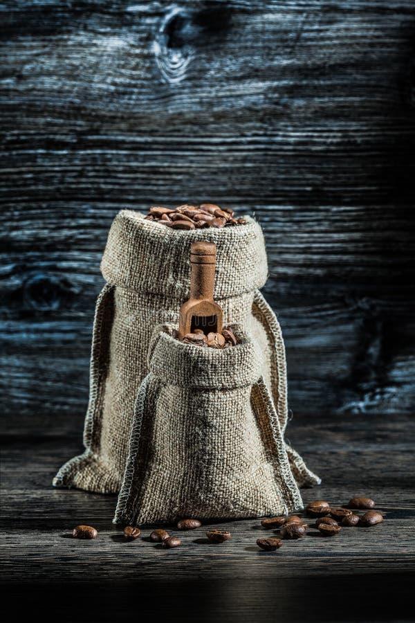 Мешки вертикального взгляда маленькие и большие кофейных зерен стоковые изображения rf