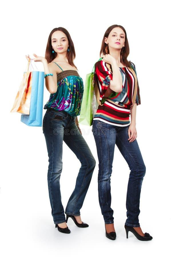 мешки ходя по магазинам 2 женщины молодой стоковое фото rf