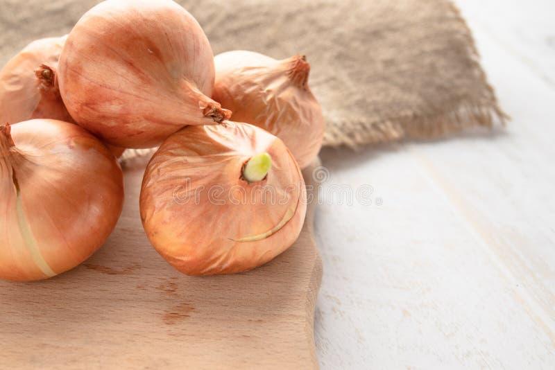 Мешковина с желтыми луками Свежие луки на деревянной предпосылке Овощи для здорового питания стоковое изображение rf