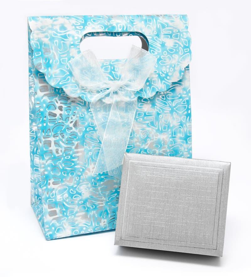 Мешок и коробка подарка изолированные на белизне стоковые фотографии rf