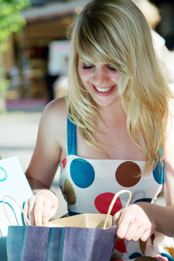 мешок смотря женщину покупкы стоковые изображения rf