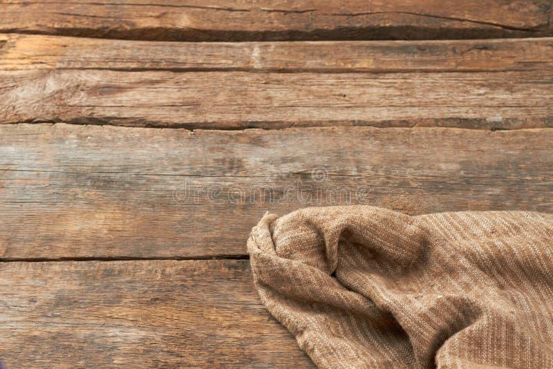 Мешочек из ткани на деревенском деревянном поле стоковое изображение rf