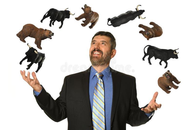 Медведи и быки зрелого бизнесмена жонглируя стоковое изображение rf