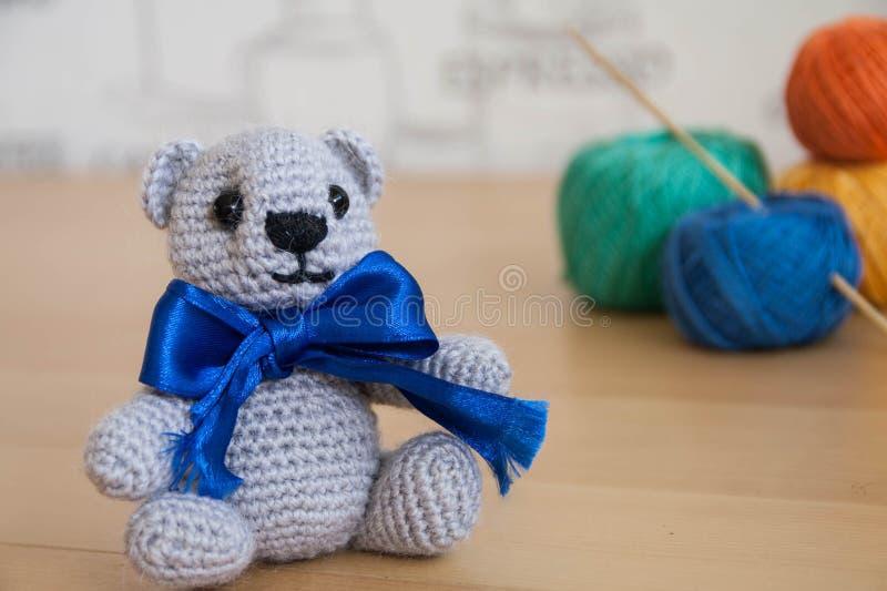 Медведь вязания крючком стоковое фото