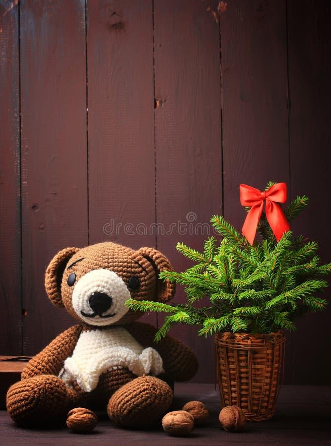 Медведь зимы рождества с елью и накаляя гирляндой стоковое фото