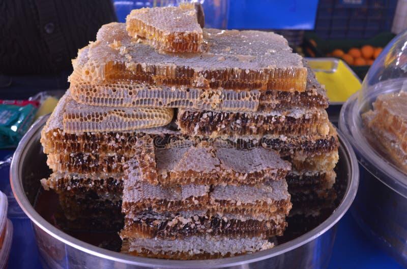 Мед в соте на подносе на стойле в индюке базара стоковые изображения rf