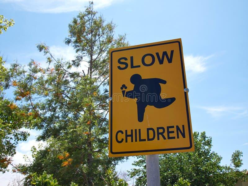 Медленные дети на знаке улицы игры стоковые фотографии rf
