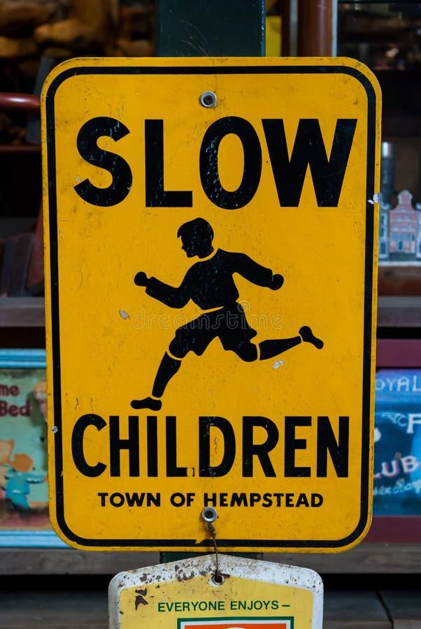 Медленный знак улицы детей стоковые изображения