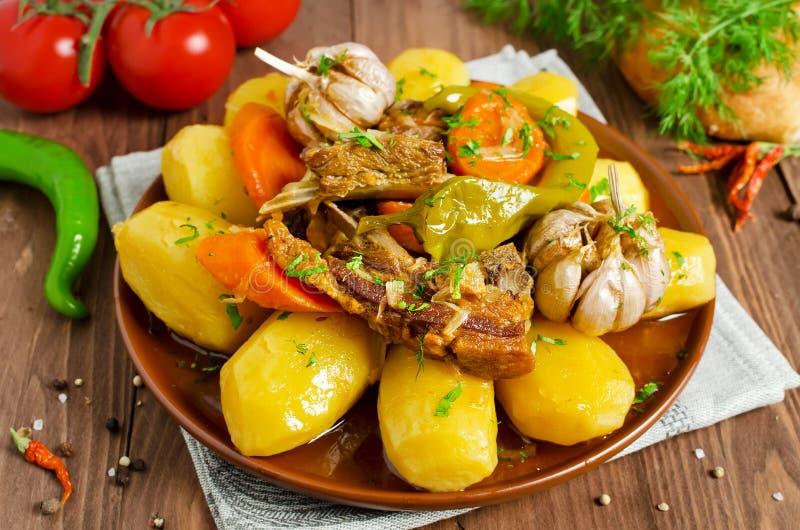 Медленн-сваренное тушёное мясо с нежными мясом, картошками и овощами овечки стоковые фото