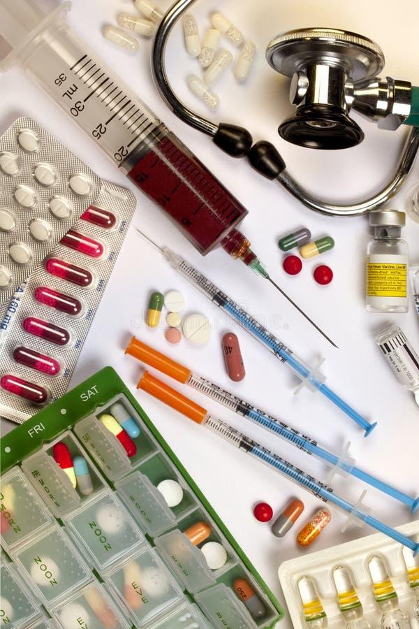 Медицина - лекарства - стетоскоп - шприцы стоковые фотографии rf
