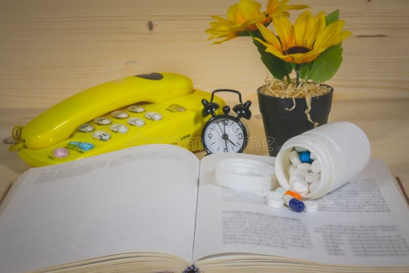 Медицина, книги, солнцецвет стоковое фото rf
