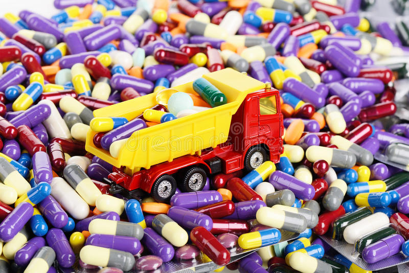 Медицина самосвала транспортированная игрушкой стоковые изображения rf