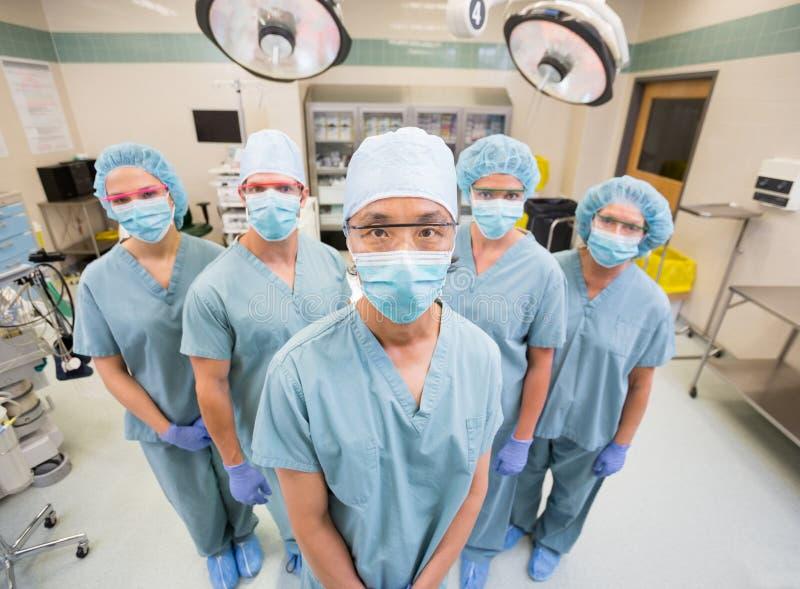 Медицинская бригада внутри Scrubs положение внутри деятельности стоковое фото