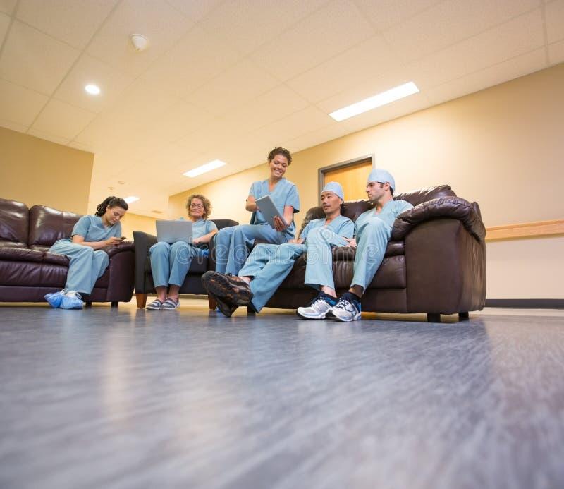 Медицинская бригада используя технологии в больнице стоковые фото
