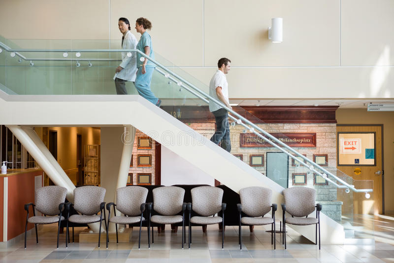 Медицинская бригада и человек используя лестницу в больнице стоковые изображения rf